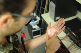 Teclado virtual en el brazo o palma de la mano