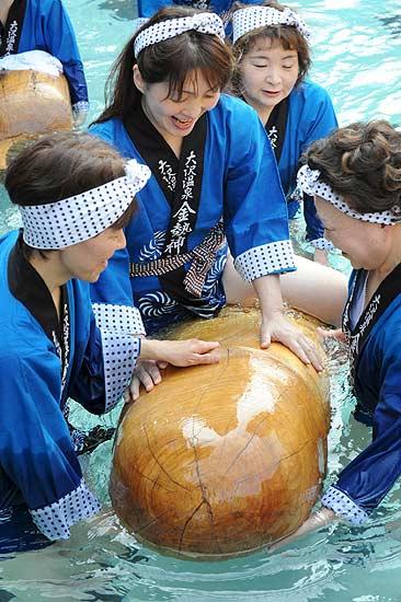 Festival del pene celebrado en Hanamaki Japon. En el festival varias mujeres nadan con penes de madera que representa el Dios de la fertilidad