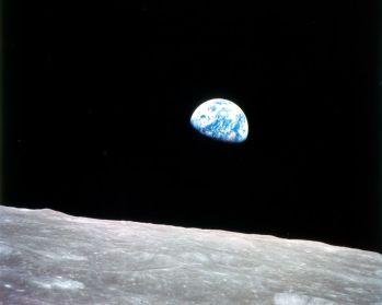 Un planeta lejano, que resplandecía de azul